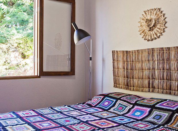 Na casa do arquiteto Ricardo Caminada, em Gonçalves, Minas Gerais, o quarto de casal tem uma esteira de palha, que foi utilizada como cabeceira. Sobre a cama, colcha de crochê de lã (Foto: Lufe Gomes )