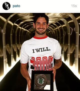 Pato posta foto com camisa e homenagem ao gol 3.000 no Morumbi (Foto: Reprodução / Instagram)