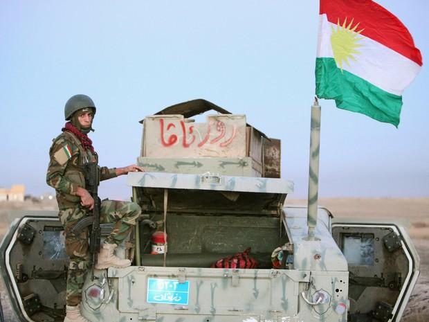 Integrante das forças curdas peshmerga ao leste da cidade iraquiana de Mossul, nesta segunda-feira (17)  (Foto: Azad Lashkari/ Reuters)