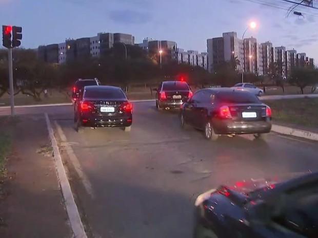 Carros da Polícia Civil deixam sede para cumprir mandados em operação que apura máfia no setor de órteses e próteses (Foto: TV Globo/Reprodução)
