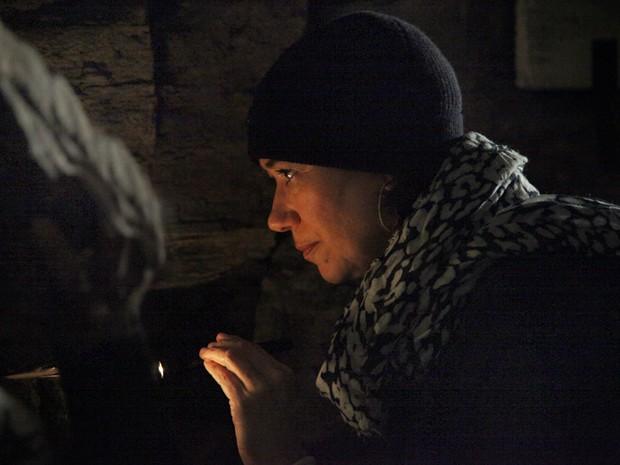Marta tentar achar o que Zé esconde na caverna (Foto: Carol Caminha/TV Globo)