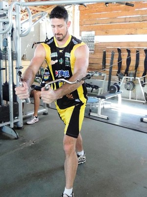 Central Tiago Salsa treina parte física (Foto: Fredson Souza/MCV)