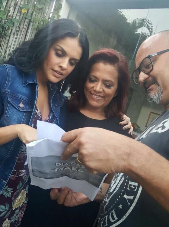 Paloma e a mãe participam da escolha das imagens da campanha (Foto: Divulgação)