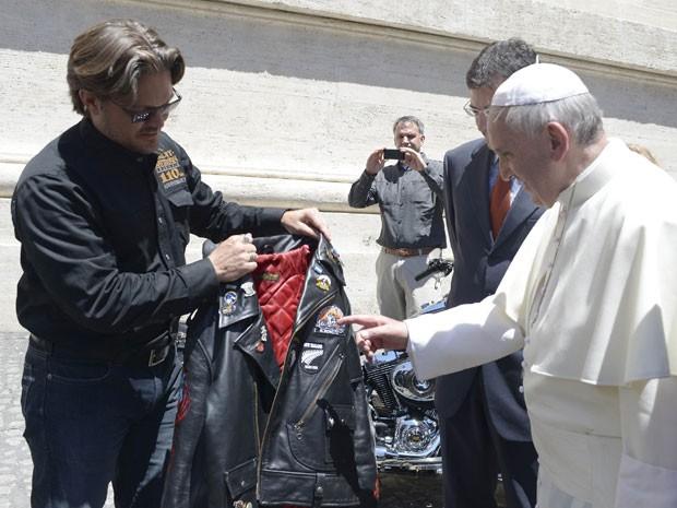Papa Francisco recebe jaqueta de couro da marca Harley-Davidson (Foto: Reuters/Vaticano/Divulgação)