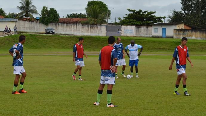 Técnico Neneca orienta jogadores do Ji-Paraná (Foto: Roger Henrique)