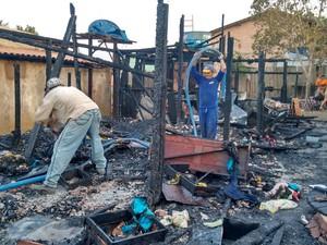 Casa era de madeira e por isso o incêndio consumiu tudo rapidamente (Foto: João Carlos Brasil/Tv Tapajós)