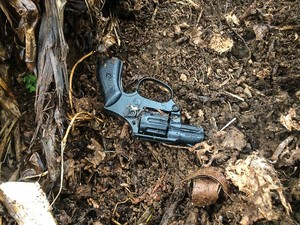 Arma usada em assaltos foi apreendida (Foto: Willian Tardelli/Divulgação)