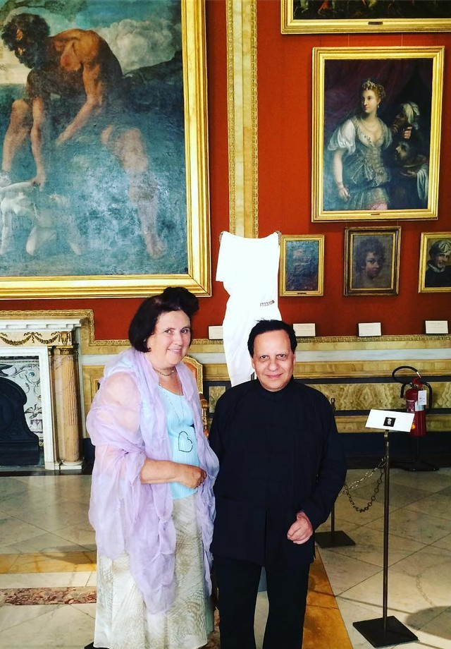 With Azzedine in the #rome Galleria Borghesi. 'I have been doing couture since the inception of my career - much longer than ready-to-wear,' Alaia told me, although he was often described as 'the greatest couturier who never was'. (Foto: reprodução/instagram)