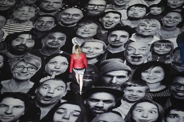Visitantes caminham sob retratos colocados no Phanteon (Foto: Martin Bureau/AFP)