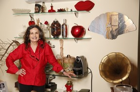 Rosamaria Murtinho posa ao lado de objetos que compra sempre que viaja (Foto: Marcos Serra Lima / EGO)