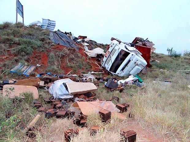 Caminhão carregado de bateria tomba na BR-030, sudoeste da Bahia (Foto: Wilker Porto/ Brumado Agora)