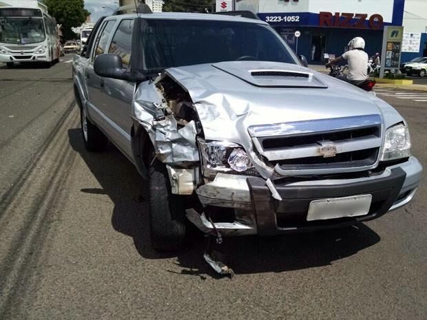 Veículos tiveram danos nas partes laterais (Foto: Katiuscia Reis/TV Fronteira)