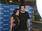 Giovanna Lancellotti, decotada, vai a show com o namorado no Rio