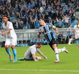 Giuliano marca o segundo contra o Avaí (Foto: Diego Guichard)