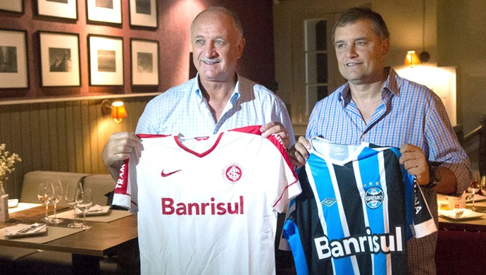Felipão e Aguirre posam com as camisas dos clubes (Foto: Alexandre Lops/Inter)