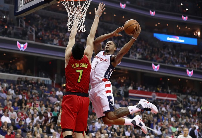 Bradley Beal, do Washington Wizards, sobe para a cesta marcado por Ersan Ilyasova , do Atlanta Hawks (Foto: Getty Images)