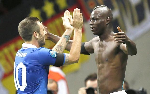 Mario Balotelli e Cassano comemoram gol da Itália contra a Alemanha (Foto   ... 8b351304434f2