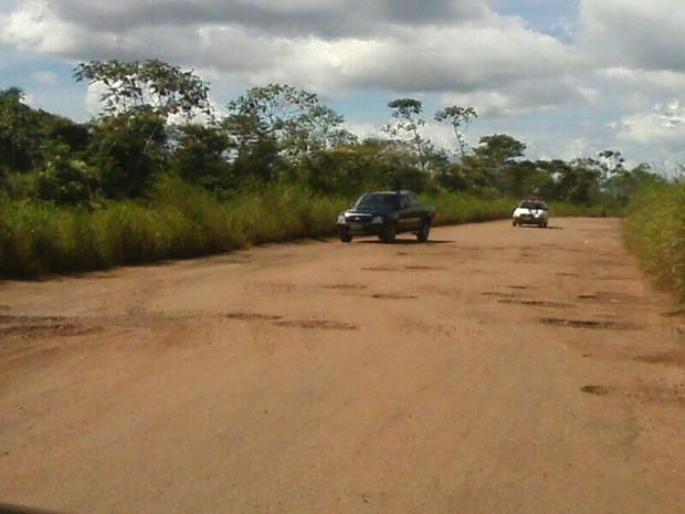 Motoristas precisam ter atenção ao desviar de buracos na TO-164  (Foto: Claudemir Macedo/TV Anhanguera)