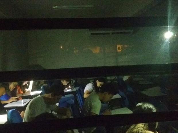 Universitários fizeram as provas utilizando lanternas' (Foto: Aquivo Pessoal)
