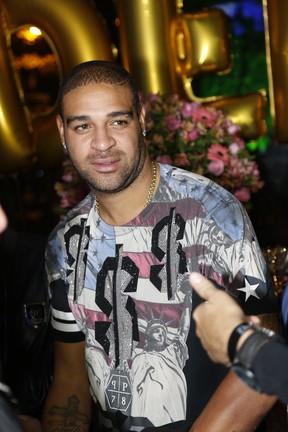 Adriano em festa na Zona Oeste do Rio (Foto: Felipe Assumpção/ Ag. News)