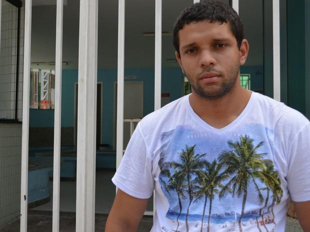 """SÁBADO (8) - Aracaju (SE) -  """"Uma porta se fecha, mas vou buscar outra aberta, diz André de Souza Silva, 22 anos, que se confundiu com o horário de verão e perdeu a prova (Foto: Marina Fontenele/G1)"""
