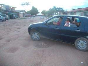 Internauta registrou tráfego em via esburacada de Macapá (Foto: Valdenir Carvalho Lago/VC no G1)