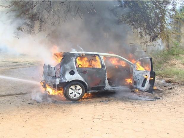 Motorista viu carro em chamas após explosão (Foto: Denis Marques/ Arquivo Pessoal)