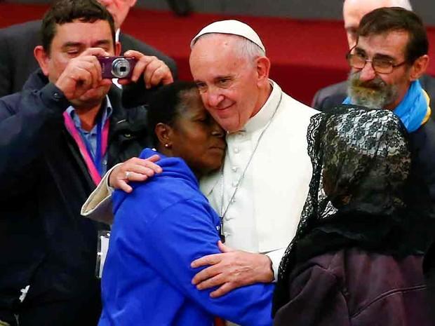 O papa Francisco abraça uma mulher durante audiência com pessoas pobres no Vaticano  (Foto: Tony Gentile/Reuters)