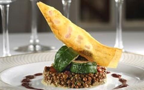 Lombo de porco servido com lentilhas cozidas
