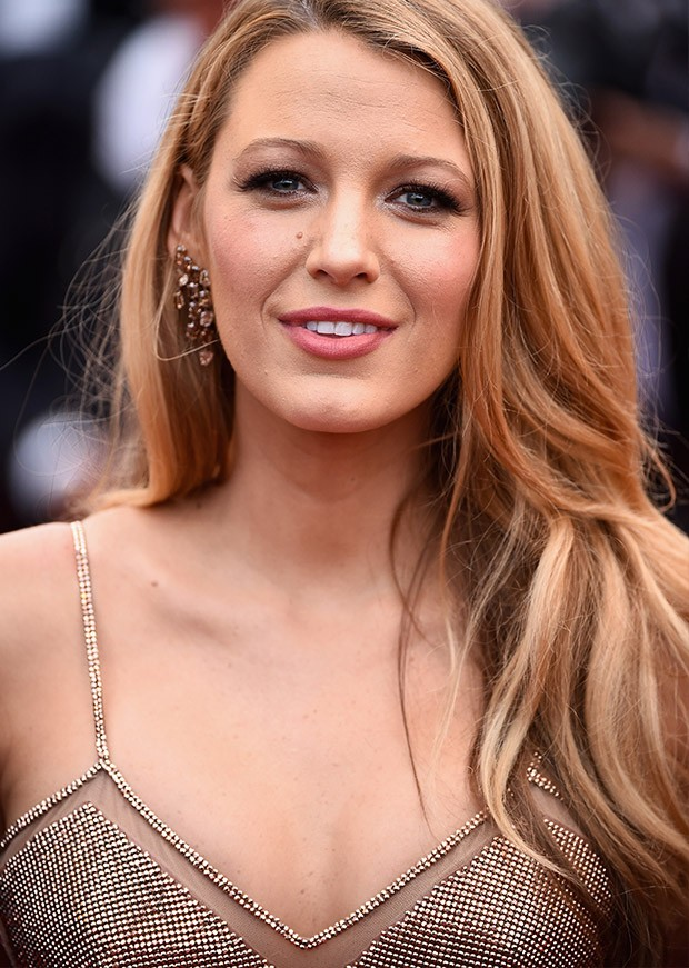 Blake Lively cruza o tapete vermelho de Cannes com look justo  (Foto: Getty Images)