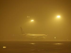 Avião estacionado em Aeroporto de Pequim, na China, nesta segunda-feira (28) (Foto: Reuters/Jason Lee)