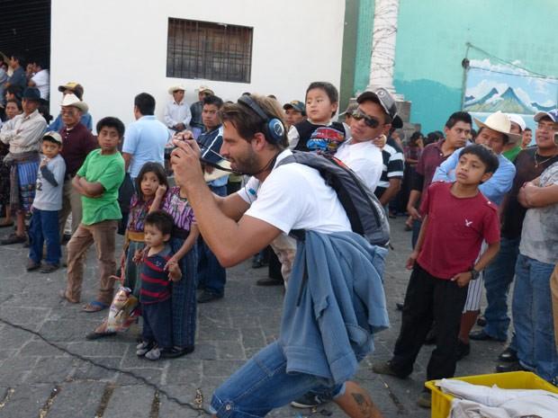 Henri aproveita o intervalo para tirar fotos sob o olhar curioso dos guatemaltecos (Foto: Flor do Caribe/ TV Globo)