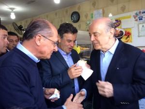 Aécio Neves, Geraldo Alckmin e José Serra tomam café em lanchonete na Vila Prudente, onde nova estação do monotrilho foi finalizada (Foto: Amanda Previdelli/G1)