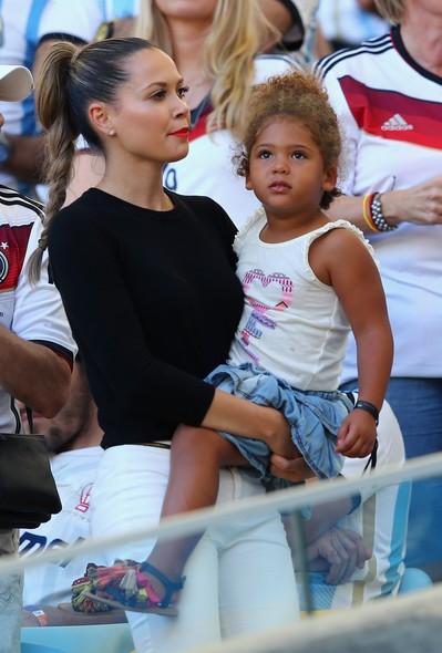 Mandy Capristo, namorada de Mesut Özil, acompanha a partida apreensiva
