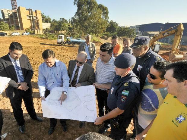 Prefeito visitou o espaço que vai abrigar o novo Canil da GM (Foto: Paulo Grégio)