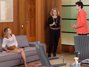 Charlô não gosta nada da cena (Foto: Guerra dos Sexos/TV Globo)