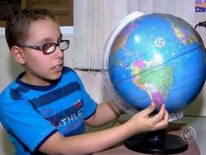 Menino com deficiência visual desenha com a ajuda da memória (Foto: Reprodução/TV TEM)