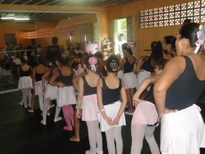 Aulas de ballet serão ministradas para crianças de até 12 anos (Foto: Atrás do Palco/Divulgação)