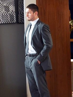 João Lucas surge todo elegante de terno e gravata (Foto: Império/TV Globo)