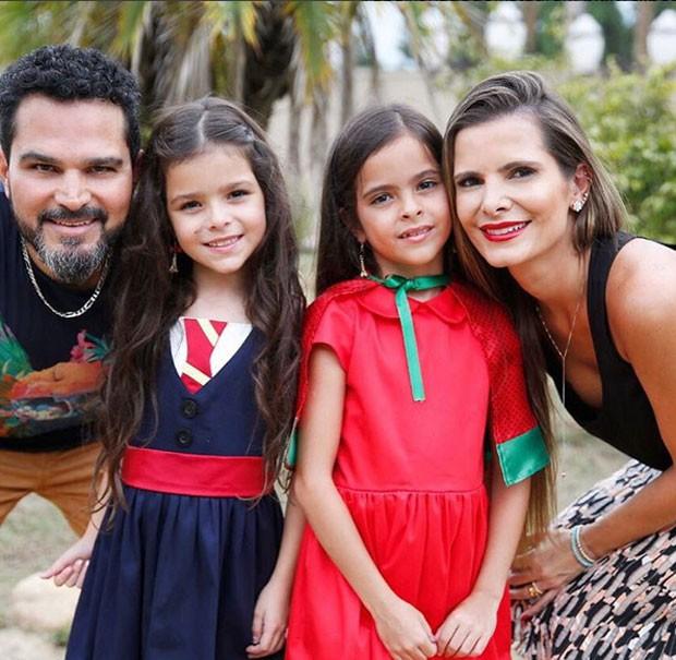 Luciano com as filhas Isabella e Helena e a mulher, Flávia Fonseca  (Foto: Reprodução)