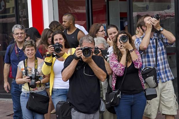 Alguns dos fotógrafos que saíram em busca das facetas orientais e ocidentais da Feira da Liberdade (Foto: © Haroldo Castro/ÉPOCA)