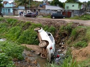 Pista escorregadia fez motorista perder o controle e cair no valão (Foto: Arquivo pessoal)