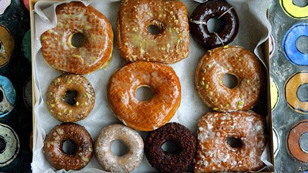 Glacê usado em donuts resiste a temperaturas maiores, mas tem gordura trans. (Foto: BBC)