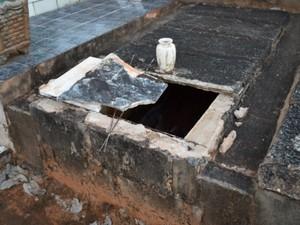 Túmulo violado no cemitério de Guarapiranga (Foto: Wilson Aiello/EPTV)
