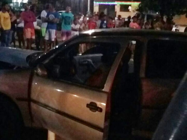Em Parnamirim, dupo homicídio aconteceu dentro de um Gol que trafegava pelo bairro Monte Castelo (Foto: PM/Divulgação)