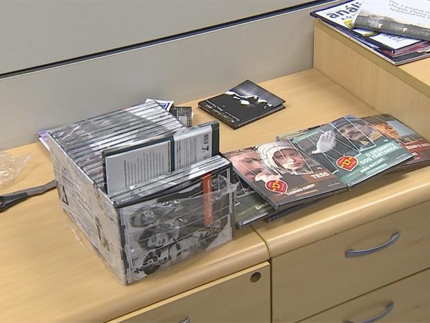 Droga foi achada dentro de coleção de livros (Foto: Reprodução/RBS TV)