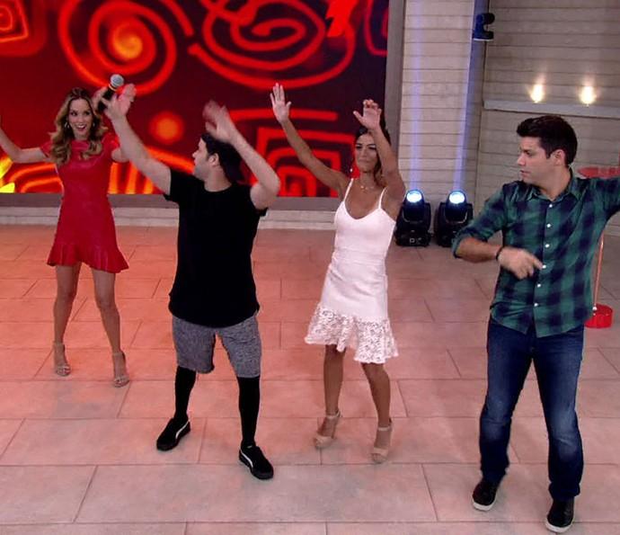 Atriz e apresentadores dançam com coreógrafo Justin clássico do É o Tchan (Foto: TV Globo)