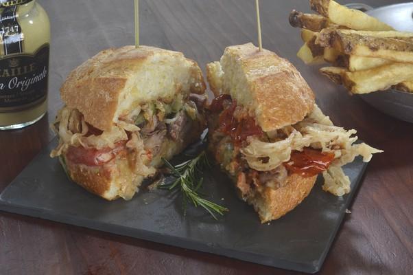 Sanduíche Fastastique, do La Maison est Tombée: copa lombo com cebola crocante, relish de pepino, tomate assado e maionese, na broa de milho, acompanhado de fritas (Foto: Divulgação)