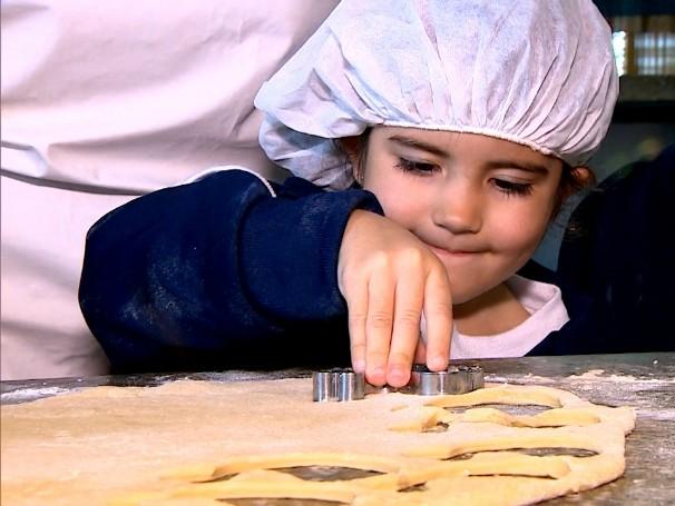 Estudantes aprendem a fazer biscoitos que serão distribuídos para outras escolas (Foto: Globo)