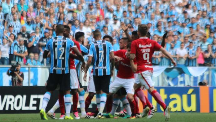 Jogadores do Grêmio e do Inter durante confusão no Gre-Nal (Foto: Diego Guichard/GloboEsporte.com )